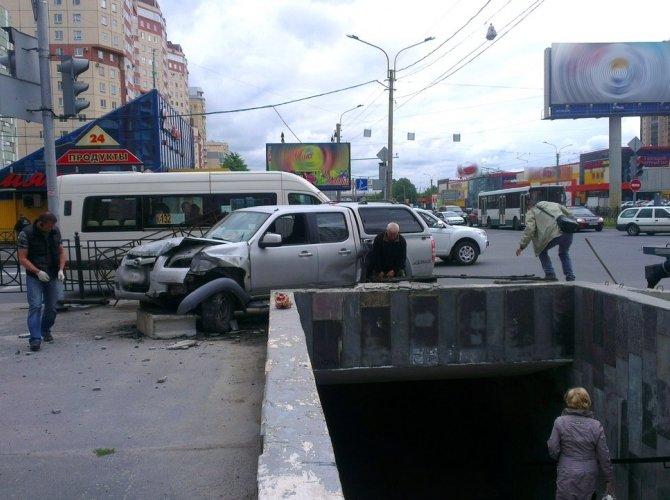 Наезд на остановку на улице Савушкина