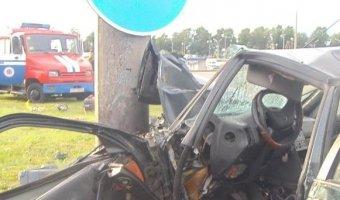 В Белоруссии водитель универсала Peugeot врезался в мачту дорожного освещения