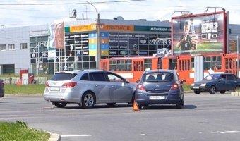 Opel Corsa и Chevrolet Cruze столкнулись на круговом движении на Руставели