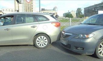 Утреннее ДТП на Кантемировской площади - столкновение двух иномарок