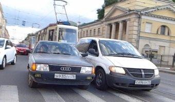 ДТП на улице Академика Лебедева на трамвайных путях - две иномарки навалились друг на друга