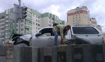 На улице Савушкина пикап Mazda врезался в ограждение подземного пешеходного перехода.