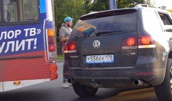 Volkswagen Touareg столкнулся с маршруткой на перекрестке Выборгского шоссе и улицы Хо Ши Мина