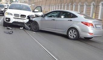 Лобовым столкновением завершился разворот на Литейном мосту для BMW X6 и Hyundai Solaris