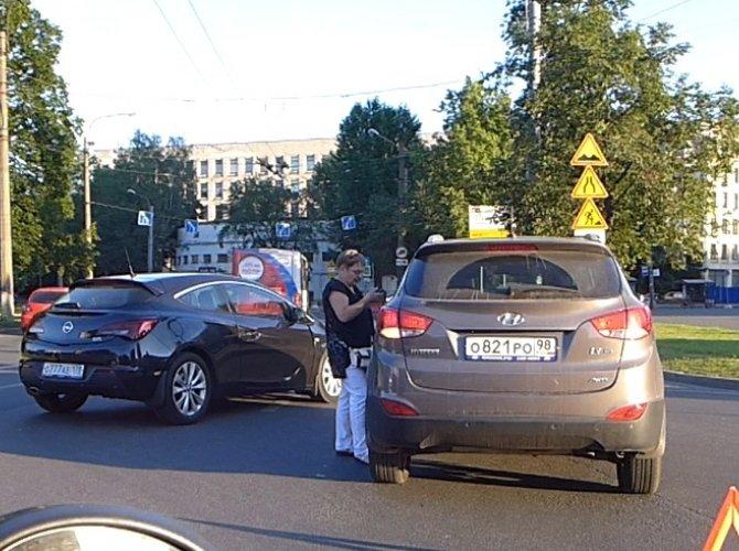 ДТП на круговом движении на площади Мужества