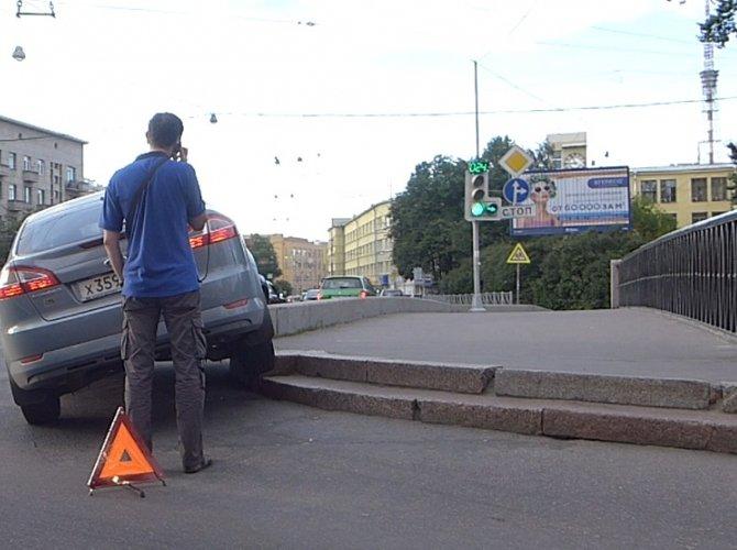 """""""Форд Мондео"""" повис на поребрике на мосту через реку Карповку"""