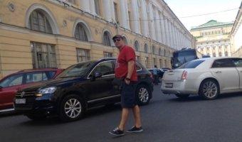 Белый Cadillac , отъезжая от поребрика въехал в тоже отъезжающий, но с другой стороны улицы, Volkswagen Touareg