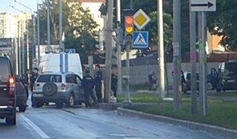 Задержание группой ОМОНА автомобиля Chevrolet Niva на Выборгском шоссе.
