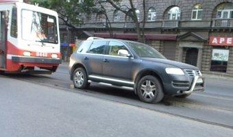 Очередная авария на трамвайных путях на проспекте Энгельса с участием Volkswagen Touareg