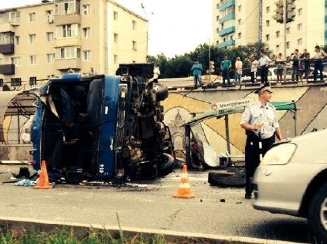 Автобус опрокинулся в Владивостоке