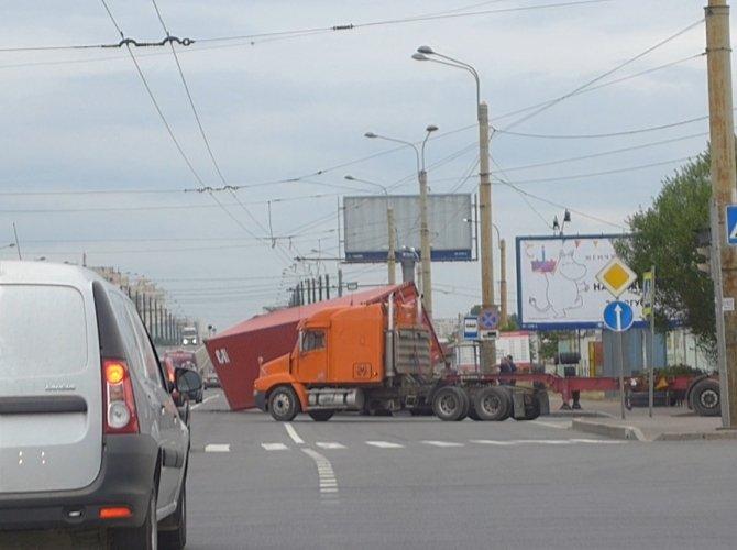 Контейнер упал с грузовика