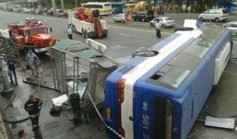 Пассажирский автобус перескочил с одной дороги на другую и опрокинулся набок