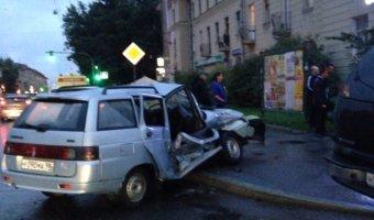 Трагедия на проспекте Энгельса - при левом повороте на Калязинскую улицу в столкновении с внедорожником погиб водитель автомобиля ВАЗ