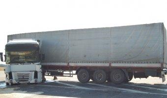Огромная фура Renault пробила заграждения на блок-посту в Мелитополе