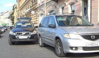 На набережной Фонтанки кроссовер Volvo XC90 наехал на припаркованный минивэн Mazda