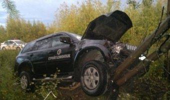 На трассе Салехард - Сургут внедорожник слетел с дороги и повис на дереве