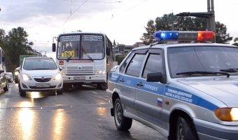 На Каменноостровском мосту рейсовый автобус врезался в Opel