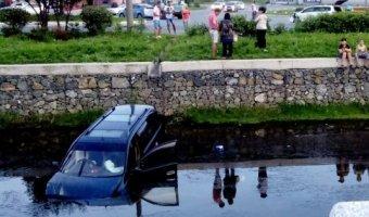В Дальневосточном городе Находка в местную реку упал автомобиль