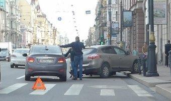 ДТП на Литейном проспекте - маленький Solaris врезался в Megane на пешеходнике