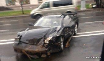 Спорт-купе Mitsubishi 3000GT врезался в Гелендваген, отчего тот опрокинулся на тротуар и газон