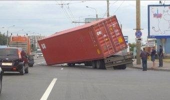Контейнер сорвался с платфромы грузовика на виадуке на Маршала Жукова