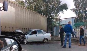 Водитель ВАЗа не сумел затормозить и врезался в длинномер