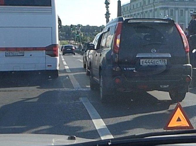 ДТП на Троицком мосту с тремя автомобилями