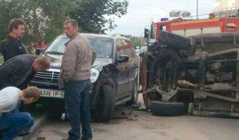 Пьяные ребята на Opel Frontera врезались в припаркованный кроссовер