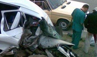 В массовой аварии на Типанова микроавтобус вылетел на газон через ограждение