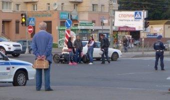 Легковушка (предположительно Opel Astra) сбил мотоциклиста и быстро уехал с места ДТП