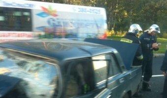 Лобовое столкновение на проспекте Ветеранов с участием автомобиля ВАЗ