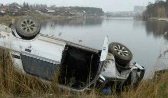 Автомобиль ВАЗ 2107 пролетел 25 метров и упал в озеро
