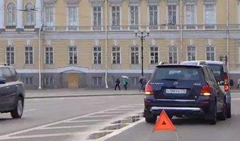 Заглядевшись на красоту Дворцовой площади водитель Mercedes врезался в минивэн