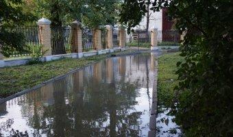 Прорыв воды в Невском районе Петербурга - жилой дом на осадном положении.