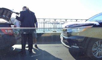 Свадебный автомобиль попал в небольшое ДТП на Троицком мосту