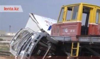 Железнодорожная спец-дрезина врезалась в грузовую