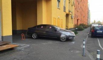 Киевляне обмотали пленкой неправильно запаркованный Volkswagen Passat
