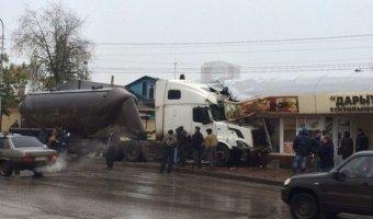 Тяжелый грузовик врезался в остановку общественного транспорта  в городе Уфа