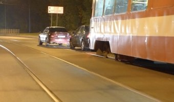 Две легковушки столкнулись на трамвайных рельсах на втором Муринском проспекте спровоцировав огромную трамвайную пробку