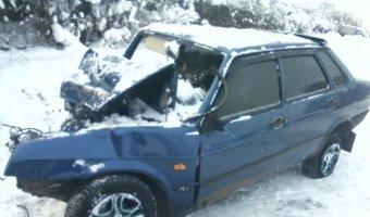 Таран на льду: Lada врезалась в пришвартованную у берега Волги баржу