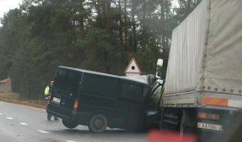 Тяжелое столкновения фуры и микроавтобуса Ford Transit на загородной трассе в Белоруссии