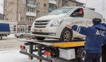Алтайский водитель провел сутки в машине, протестуя против ее эвакуации