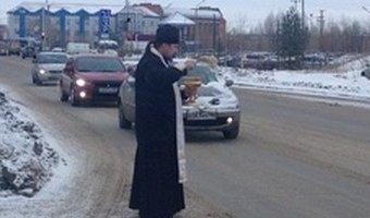 Безопасность с божьей помощью: в Нефтеюганске дороги окропили святой водой