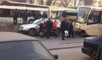 Жительница Ростова заблокировала движение трамваев