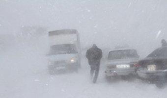Резко ухудшились погодные условия на алтайских дорогах. Подразделения МЧС, ГИБДД, медицинские бригады дежурят круглосуточно