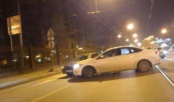 Попытка водителя автомобиля Ford Mondeo развернуться у Ушаковской развязки завершилась столкновением