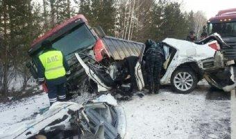 Три автомобиля столкнулись на трассе в Тверской области