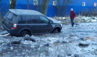 В городе Колпино Land Rover Freelander не смог преодолеть ледяную лужу самостоятельно.