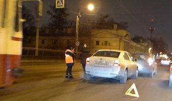 Огромную трамвайную пробку по всему Литейному мосту и улице академика Лебедева  создала  авария двух легковушек