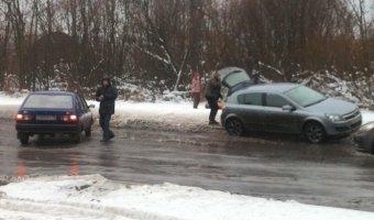 ИЖ Ода и Opel Astra столкнулись в канун Нового Года на улице Тамбасова в Петербурге